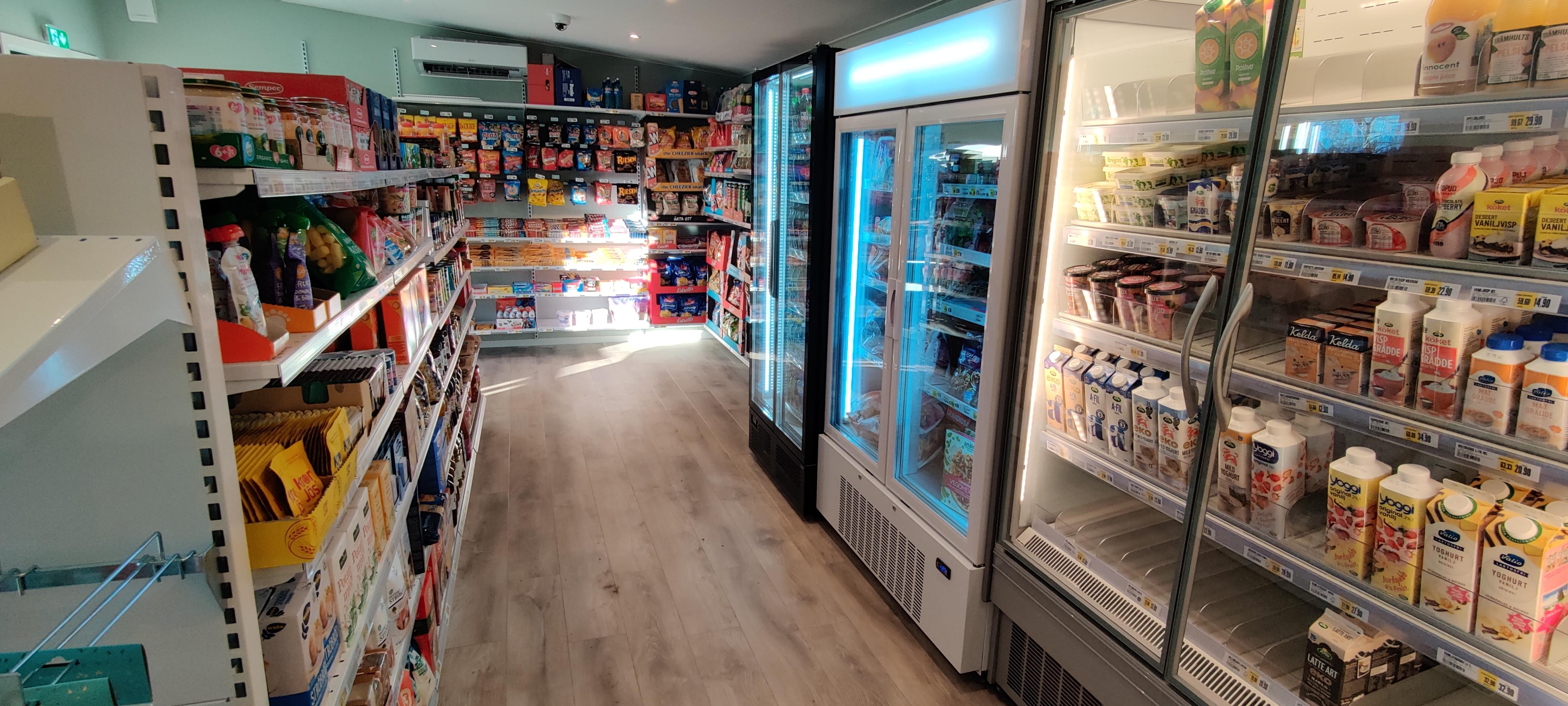 Interiören i en obemannad butik. I butiken finns allt som en butik behöver för varuhållning och -exponering, entrésystem och betalsystem